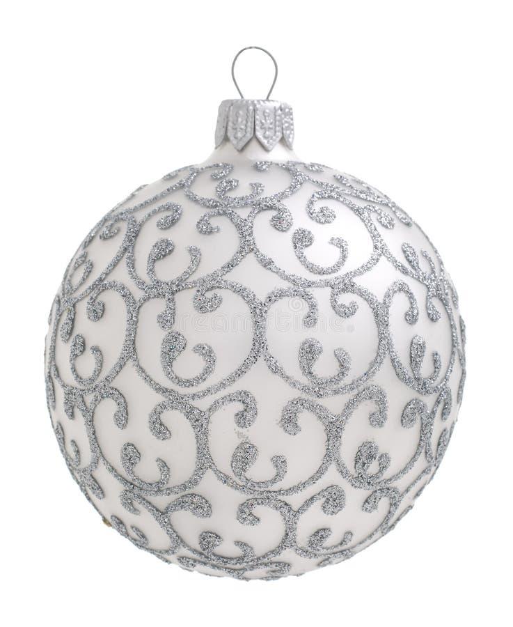 Bola de prata do Natal isolada no fundo imagem de stock royalty free