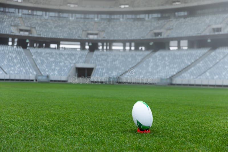 Bola de rugby em um suporte no estádio fotos de stock