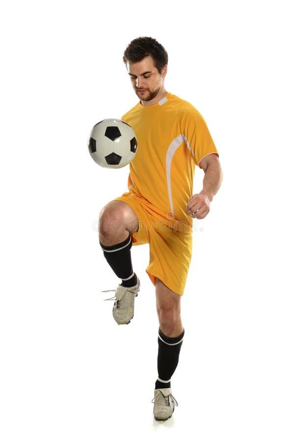 Bola de salto do jogador de futebol no joelho foto de stock