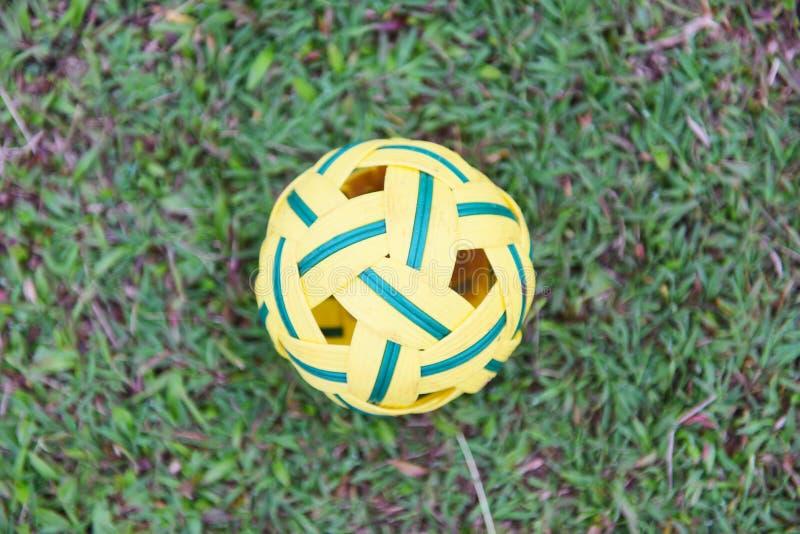 Bola de Sepak Takraw en el campo de hierba verde - deporte de la bola de la rota al aire libre imagenes de archivo