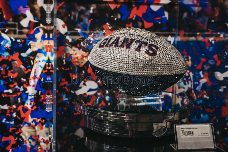 Bola de Swarovski Giants en venta en la experiencia en Times Square, Nueva York, los E.E.U.U. del NFL fotos de archivo libres de regalías