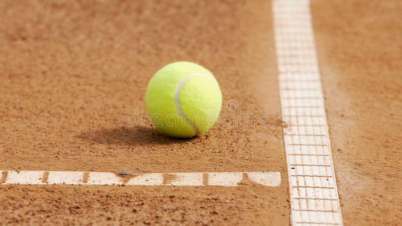 Bola de tênis amarela que encontra-se na corte, esporte profissional, passatempo ativo, close-up imagem de stock royalty free