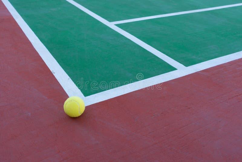 Bola de tênis apenas fora do canto fotografia de stock