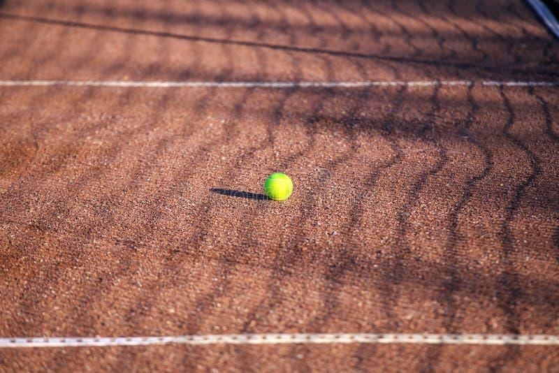 Bola de tênis em uma corte de argila imagem de stock