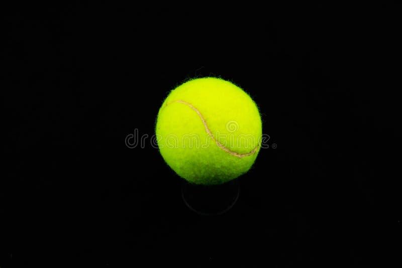Bola de tênis Isolado Feche acima do verde imagem de stock