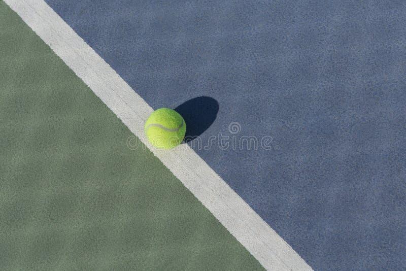Bola de tênis na corte dura azul e verde foto de stock