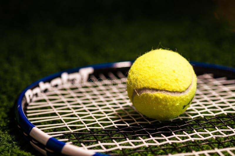 Bola de tênis na raquete imagens de stock