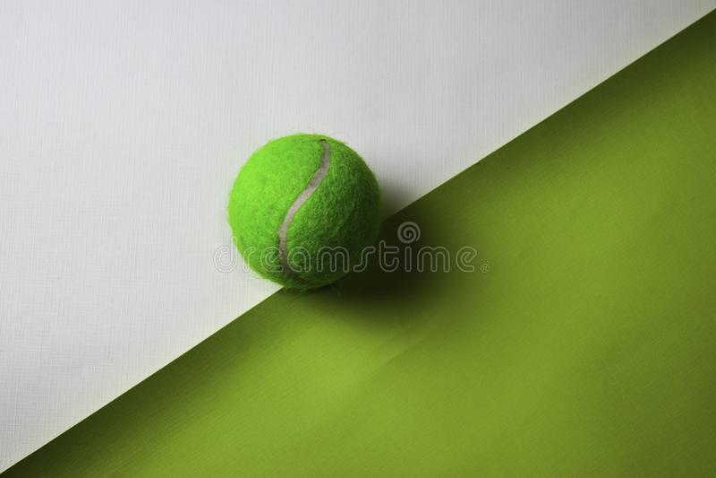 Bola de tênis na tabela da mesa de escritório da vista superior do local de trabalho do negócio e dos objetos do negócio imagem de stock