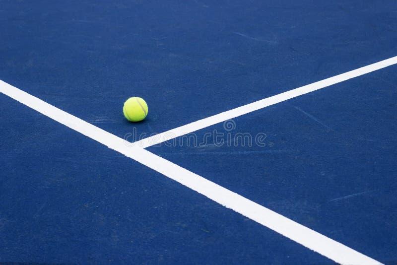 Bola de tênis no campo de tênis fotos de stock royalty free