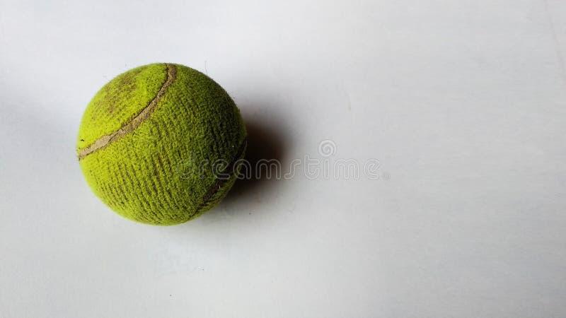 Bola de tênis no fundo isolado fotografia de stock
