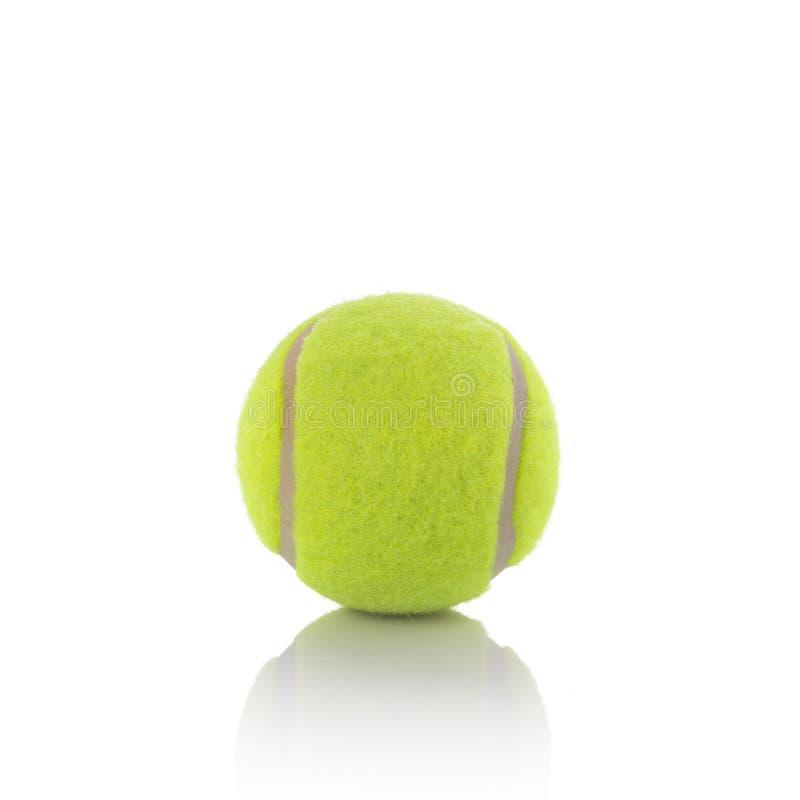 Bola de tênis nova Tiro do estúdio isolado no fundo branco imagem de stock
