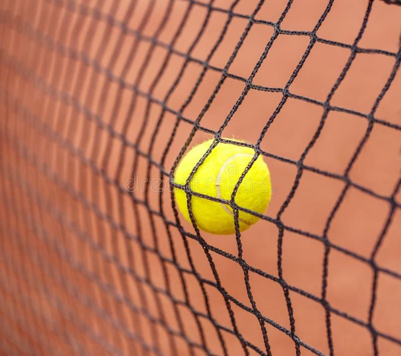 Bola de tênis que bate à rede fotografia de stock