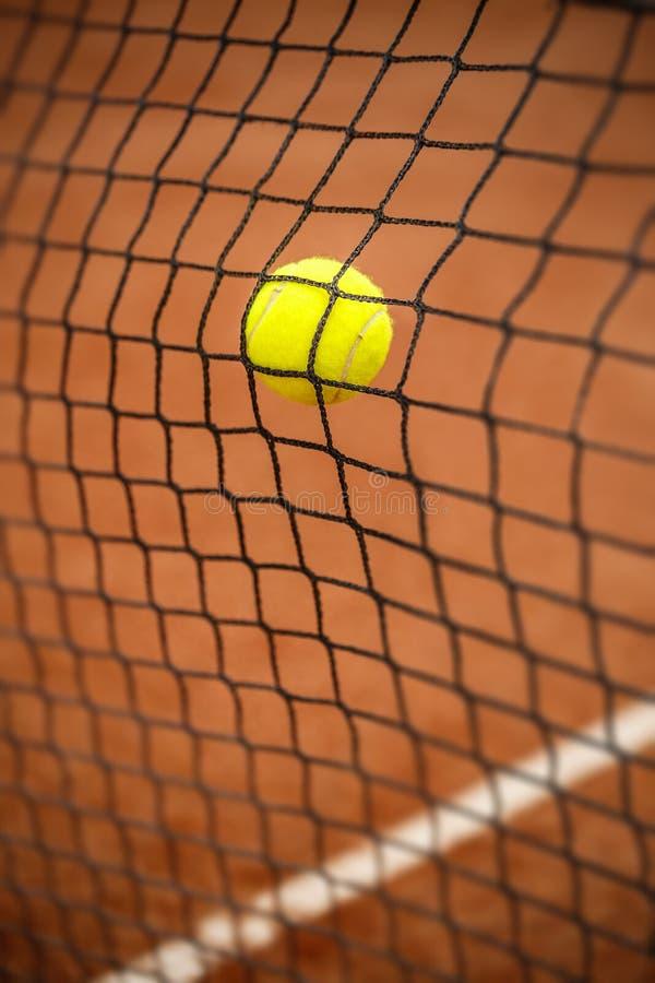 Bola de tênis que bate a rede do tênis imagens de stock royalty free