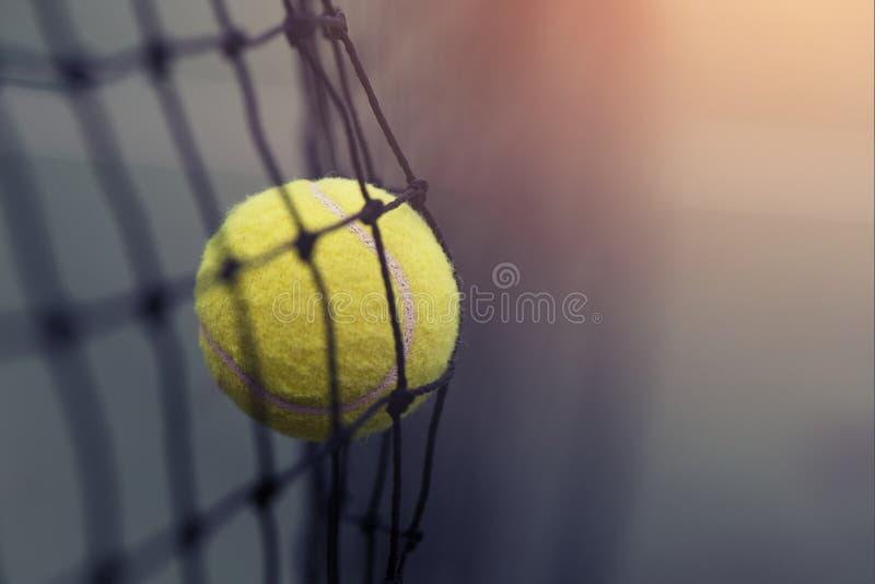 Bola de tênis que bate a rede do tênis fotos de stock