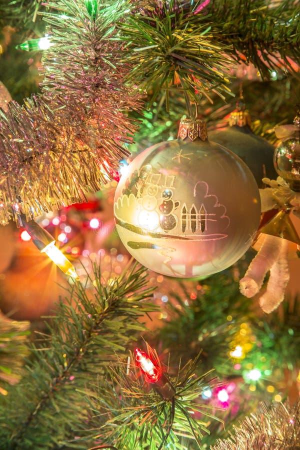 Bola de vidro feito à mão bonita na árvore de Natal foto de stock