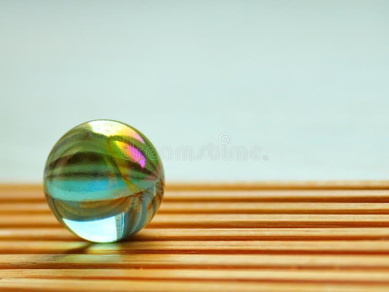 Bola de vidro na textura de bambu fotografia de stock royalty free