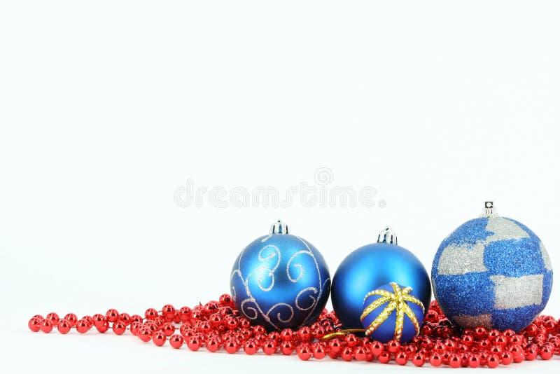 Bola del azul de la Feliz Navidad imágenes de archivo libres de regalías