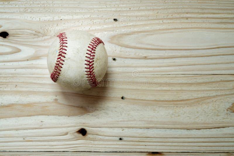 Bola del béisbol en fondo de madera fotos de archivo