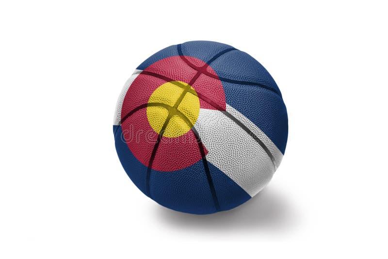 Bola del baloncesto con la bandera del estado de Colorado en el fondo blanco imágenes de archivo libres de regalías
