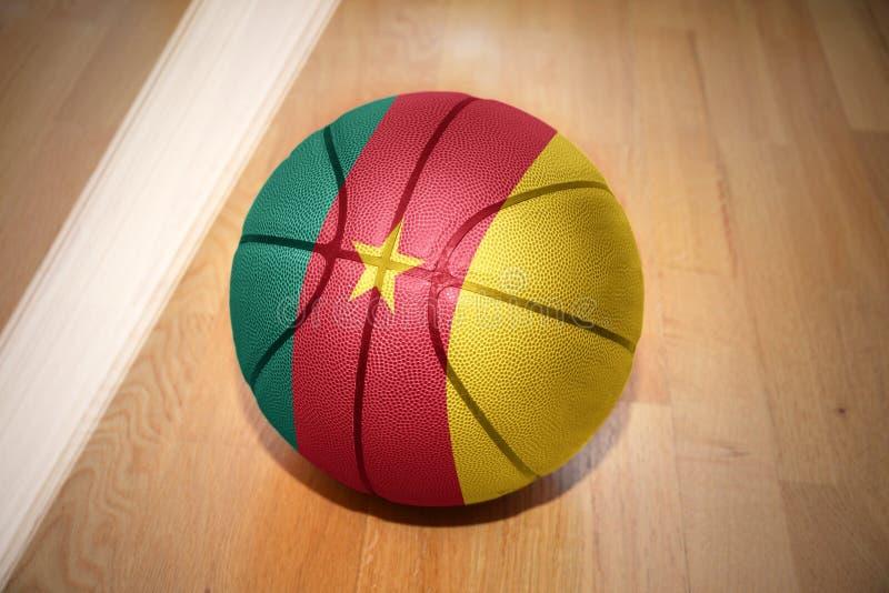 Bola del baloncesto con la bandera nacional del Camerún imagenes de archivo