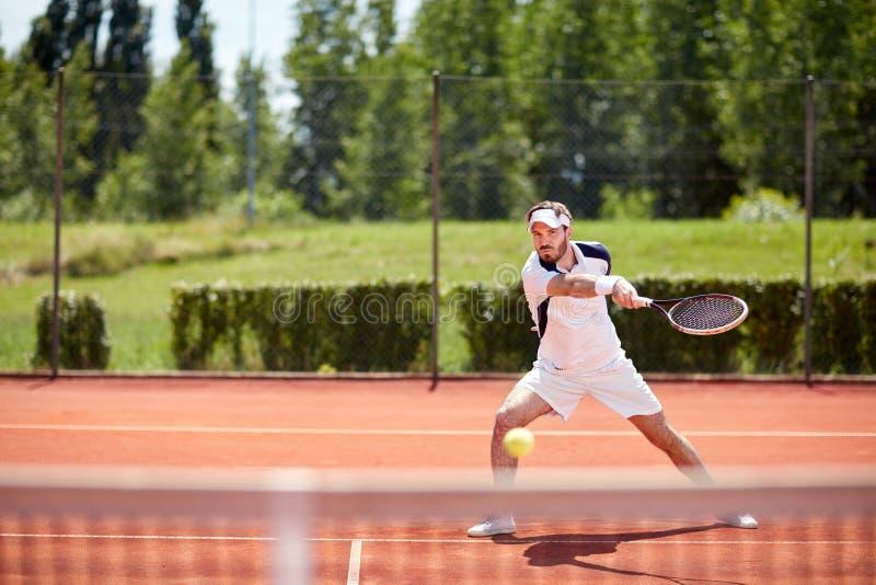 Bola del choque del jugador de tenis fotografía de archivo
