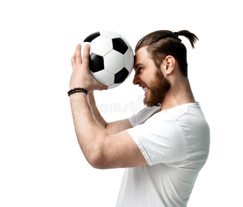 Bola del control del hombre del aficionado al fútbol que celebra el griterío de grito de risa feliz hacia fuera ruidosamente en e imagenes de archivo
