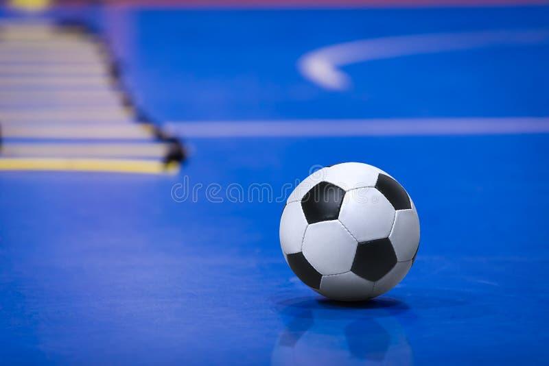 Bola del fútbol del fútbol en el campo de Futsal Echada azul del entrenamiento de Futsal Escalera de entrenamiento de la agilidad imagen de archivo libre de regalías