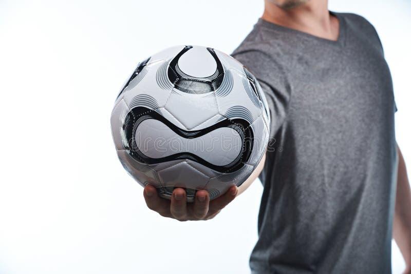 Bola del fútbol en mano del jugador imágenes de archivo libres de regalías