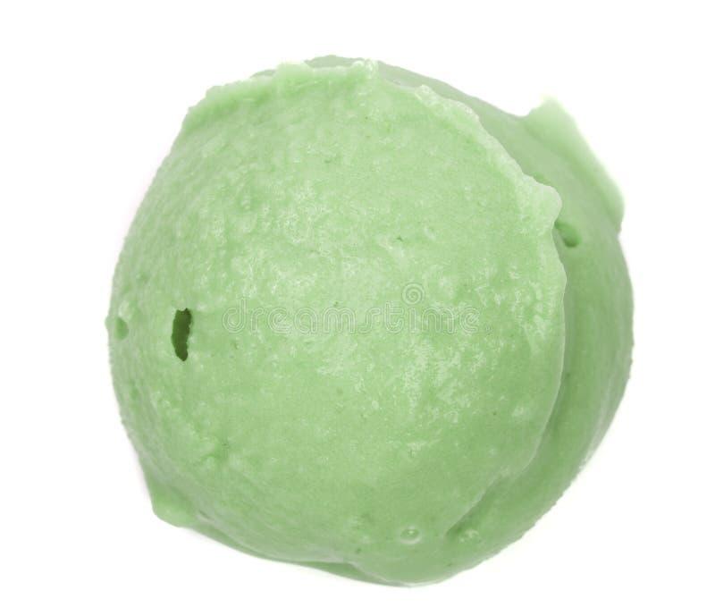 Bola del helado del té verde o del pistacho aislada en el fondo blanco, visión superior imagenes de archivo