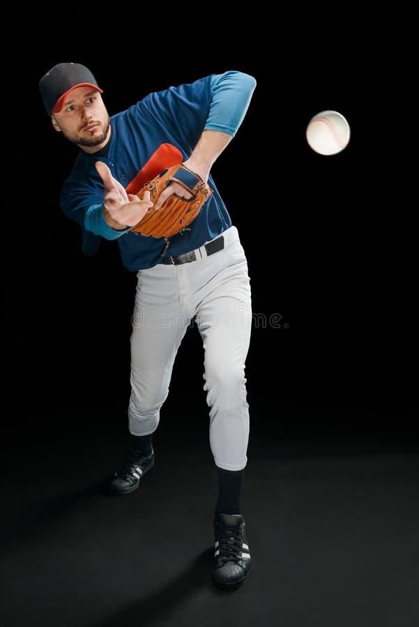 Bola del jugador de béisbol y de vuelo fotografía de archivo libre de regalías