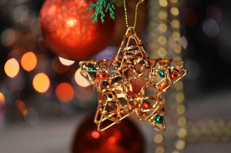 Bola del oro de la Navidad y fondo del ornamento de la decoración de la estrella imágenes de archivo libres de regalías