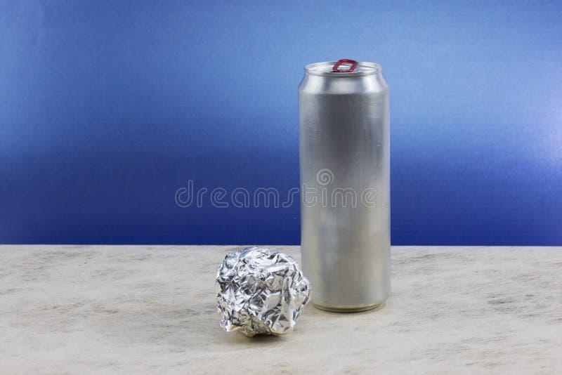 Bola del papel de aluminio en fondo azul imagen de archivo