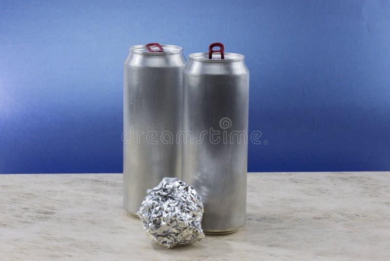 Bola del papel de aluminio en fondo azul foto de archivo libre de regalías