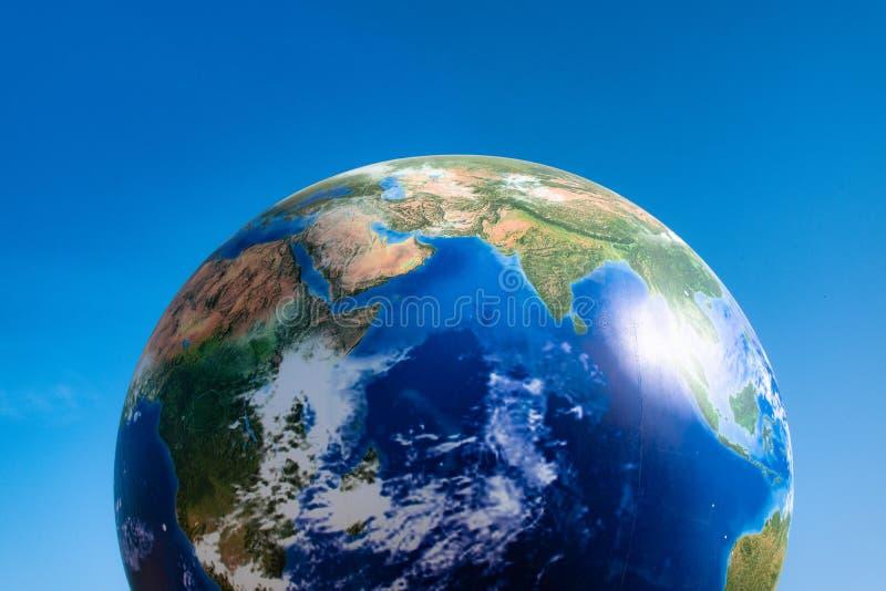 Bola del planeta del concepto del Día de la Tierra sobre el cielo azul fotos de archivo libres de regalías