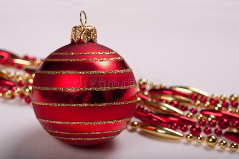 Bola del rojo de la Navidad fotografía de archivo