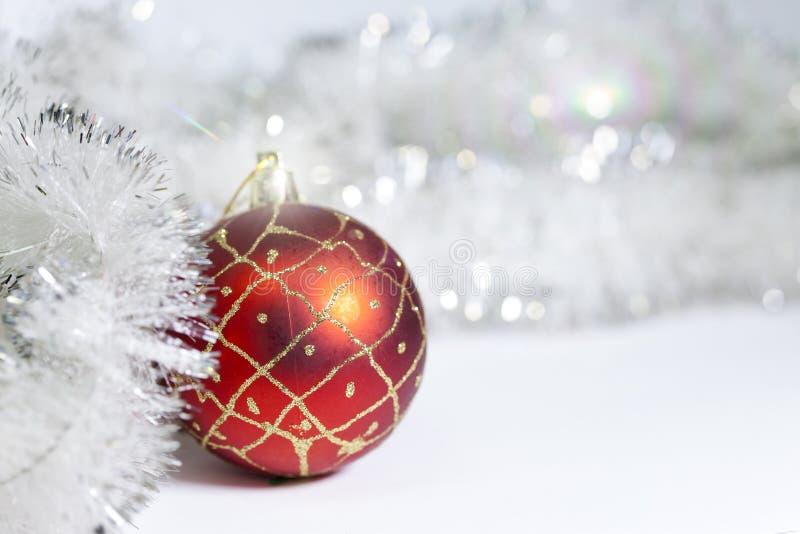 Bola del ` s del Año Nuevo en un fondo blanco imagenes de archivo