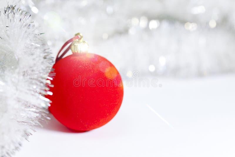 Bola del ` s del Año Nuevo en un fondo blanco fotografía de archivo