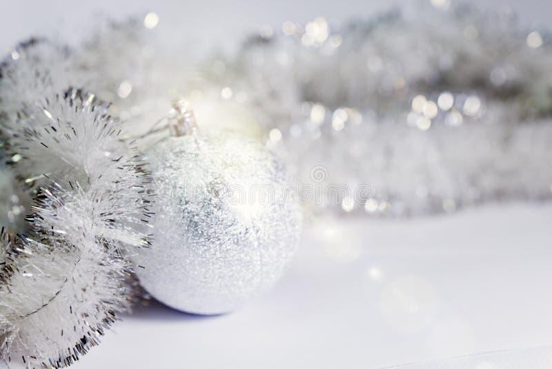 Bola del ` s del Año Nuevo en un fondo blanco foto de archivo