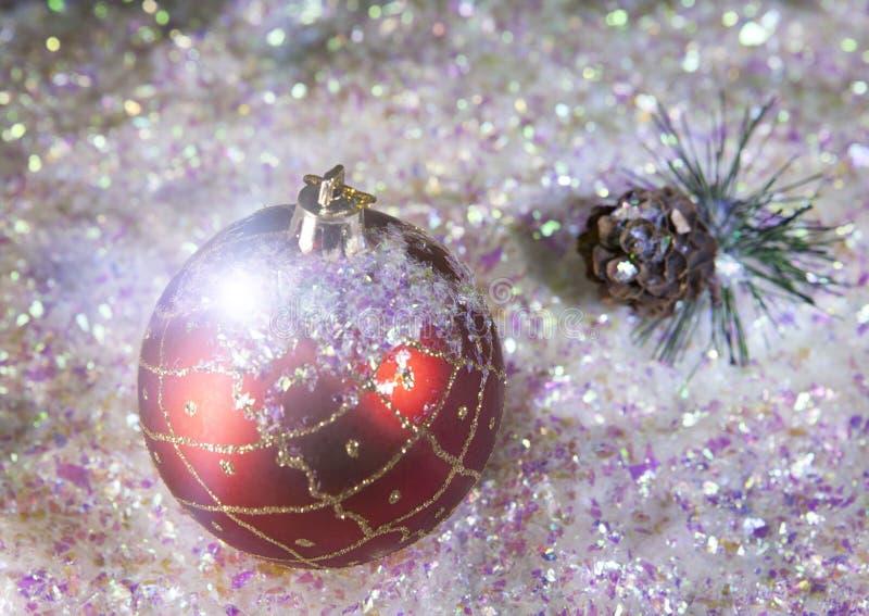 Bola del ` s del Año Nuevo en un fondo de la nieve decorativa imagen de archivo libre de regalías
