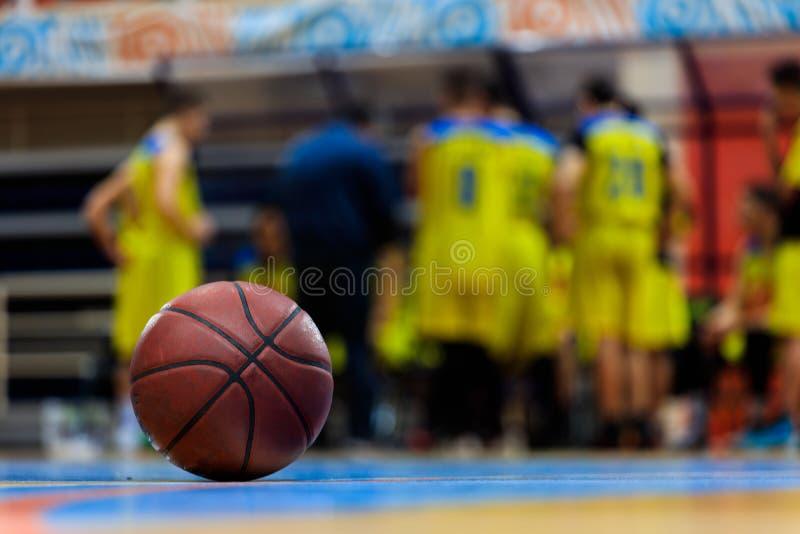 Bola do basquetebol no assoalho de madeira fotografia de stock