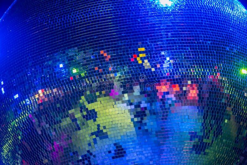 Bola do espelho do disco que brilha na cor fotografia de stock royalty free