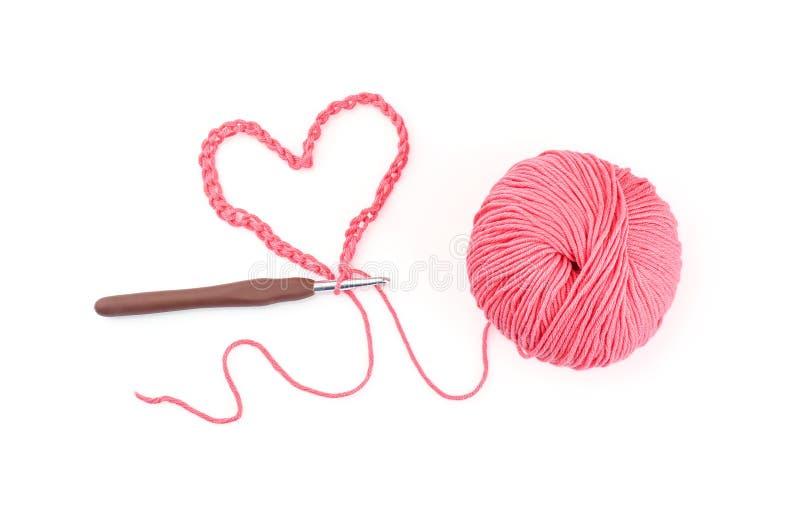 Bola do fio para confecção de malhas com a agulha de crochê no fundo branco foto de stock royalty free