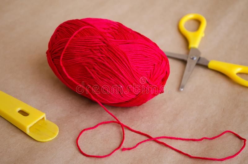 Bola do fio Uma bola da linha vermelha Uma bola da linha e das tesouras Linhas do algodão da borda imagens de stock