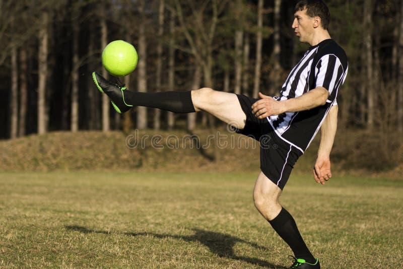 Bola do futebol do tiro foto de stock