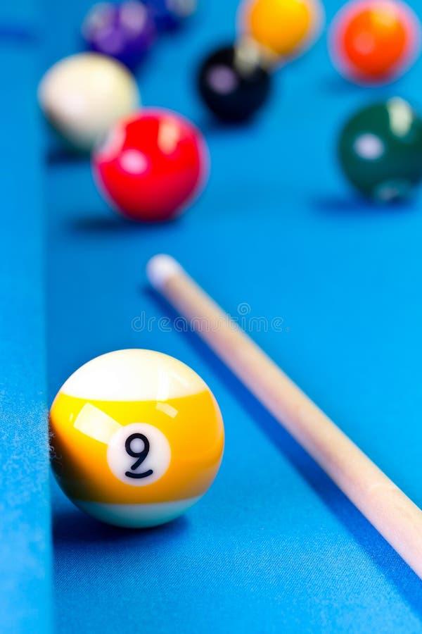 Bola do jogo nove da associação do bilhar com sugestão na tabela de bilhar imagem de stock royalty free