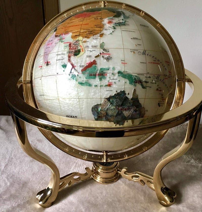 A bola do mundo é feita dos escudos imagem de stock