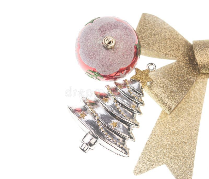 bola do Natal com curva da fita do ouro no fundo branco imagens de stock royalty free