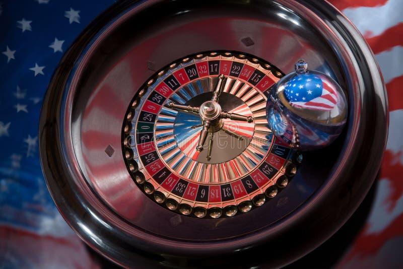 Bola do Natal com a imagem da bandeira americana no roulet imagens de stock