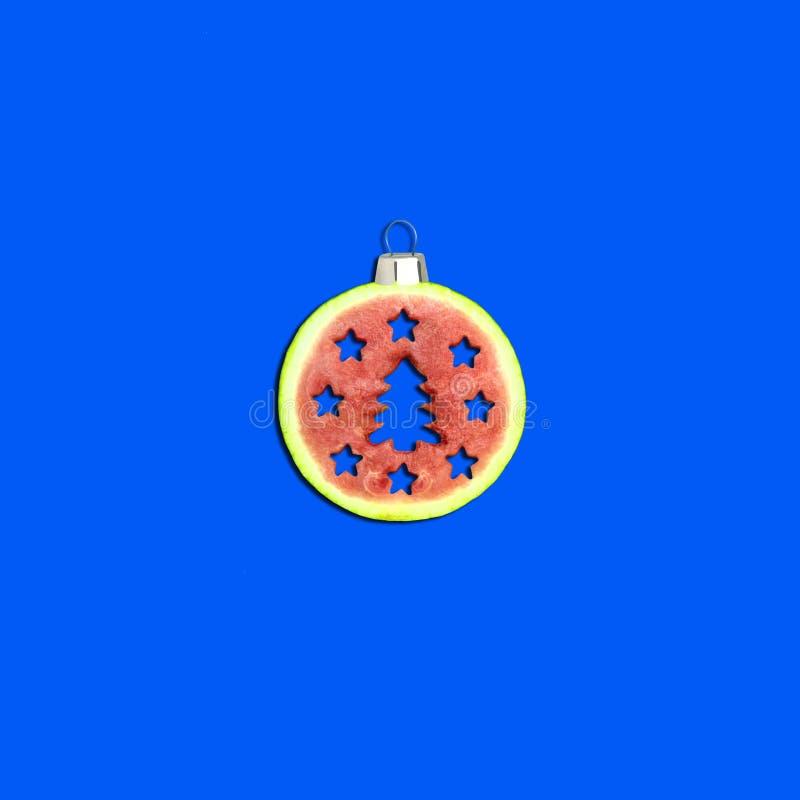 Bola do Natal da melancia no fundo azul imagem de stock