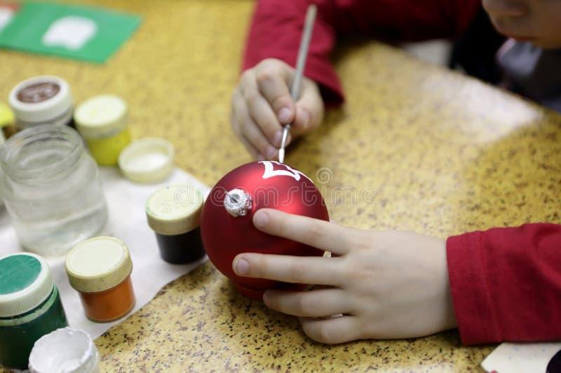 Bola do Natal da pintura da criança imagem de stock royalty free